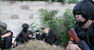 У складі Добровольчого корпусу ПС воюють грузини, росіяни, в тому числі з Росії, і навіть один єврей-рабин