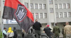 Останній день ультиматуму. Активісти заблокували в'їзд до  ДФС Львівщини та знову звозять шини на «великий пікнік»