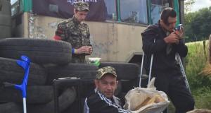 """Громадські пости """"Правого сектора"""" відвідують ветерани АТО а селяни приносять харчі"""