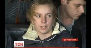 Яна Зінкевич повернулася в Україну. Дівчина вже може самотужки пересуватися за допомогою милиць