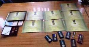 Десятки волонтерів та добровольців повернули президентові України державні нагороди