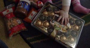 З Греції – в Україну: українська діаспора передала солодощі для дітей добровольців