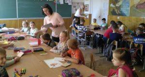 Дитяча творчість: волонтерка «Об'єднання Добровольців» провела дітям майстер-клас з виготовлення листівок