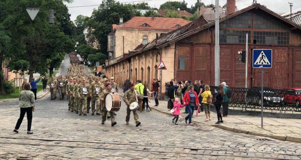 Повернення героїв: тисяча львівських десантників урочистою ходою вирушили вулицями міста!