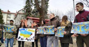 «Злодюги, віддайте награбоване…» У Львові добровольці прийшли до Російського консульства, вимагаючи повернути Крим